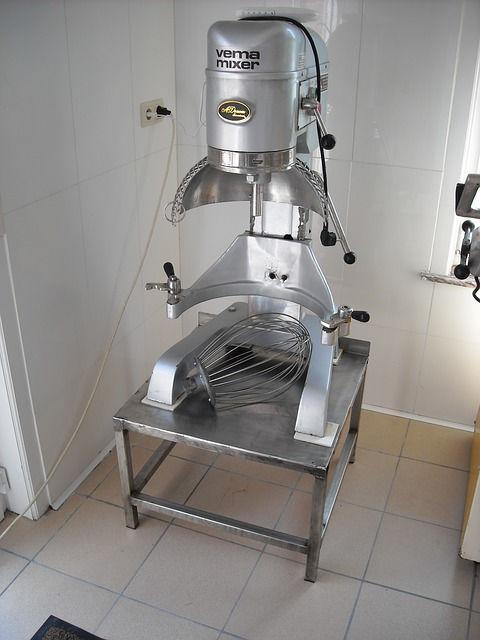 Современный миксер для замеса теста в хлебопекарнях